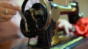 Seamstress γυναίκα που εργάζεται σε μια εκλεκτής ποιότητας ράβοντας μηχανή απόθεμα βίντεο