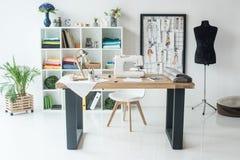 seamstress εργασιακός χώρος με τη ράβοντας μηχανή στοκ φωτογραφία