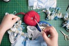 Seamstress κόβει το ράβοντας ψαλίδι Στοκ φωτογραφία με δικαίωμα ελεύθερης χρήσης