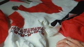 Seamstress με το τέμνον ύφασμα ψαλιδιού απόθεμα βίντεο