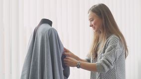 Seamstress ο ιματισμός διαπερνά τις καρφίτσες ασφάλειας και κάνει τις βελονιές απόθεμα βίντεο