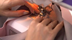 Seamstress πίσω από τη ράβοντας μηχανή, η μηχανή εργάζεται, θηλυκή ράφτης ή μοδίστρα στην εργασία, ράβοντας μηχανή απόθεμα βίντεο