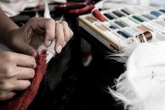 Seamstress που εργάζεται σε ένα κοστούμι ουρών αλεπούδων Στοκ Εικόνα