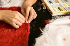 Seamstress που εργάζεται σε ένα κοστούμι Στοκ Φωτογραφίες