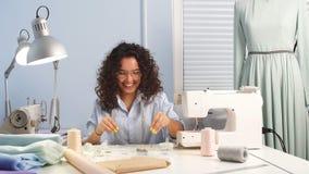 Seamstress ράβοντας ένδυμα στη ράβοντας μηχανή στο δωμάτιο σχεδιαστής clothers απόθεμα βίντεο