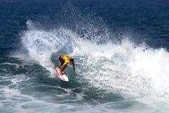 Sean Moody die in de Drievoudige Kroon Hawaï surft royalty-vrije stock fotografie