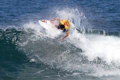 Sean Moody die in de Drievoudige Kroon Hawaï surft stock afbeelding