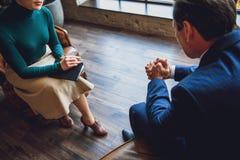 Seance psychologia pomaga biznesmena zdjęcia royalty free