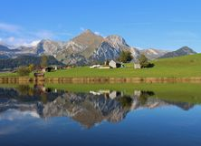 Seantis, das im See Schwendisee sich widerspiegelt Stockfotografie