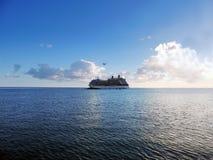 Seaplane πέρα από το κρουαζιερόπλοιο Στοκ Εικόνα