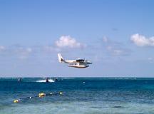 Seaplane sobre a pressa de Jetski foto de stock