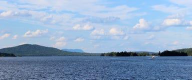 Seaplane som tar av på laken Royaltyfria Foton