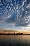 seaportskysolnedgång fotografering för bildbyråer