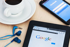 Search Engine Google e a entrada à rede do social de Facebook Foto de Stock Royalty Free