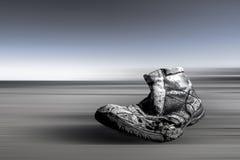 Searuined verlor Schuh auf der Küste mit Bewegung unscharfem Hintergrund Lizenzfreies Stockfoto