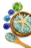 Seasalt und aromatische Kerzen für Badekurort Stockfoto