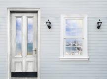 seascape άποψης της αντανάκλασης κόλπων pattaya στο άσπρο ξύλινο παράθυρο α Στοκ Εικόνες