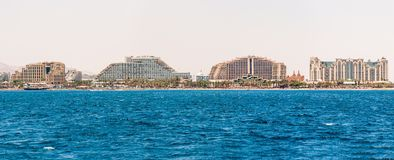 Seascape άποψη από τη Ερυθρά Θάλασσα στα διάσημα ξενοδοχεία στην παραλία Eilat, νότιο θέρετρο στο Ισραήλ στοκ φωτογραφία