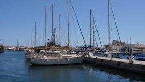 Seascape άποψη με τα γιοτ και τα σκάφη στο λιμένα μαρινών την ηλιόλουστη ημέρα απόθεμα βίντεο