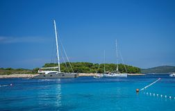 Seascape άποψη στα τυρκουάζ νερά της αδριατικής θάλασσας στο νησί Hvar Κροατία Διάσημος προορισμός ταξιδιού ναυσιπλοΐας στην Κροα στοκ εικόνα με δικαίωμα ελεύθερης χρήσης