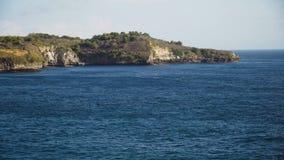 Seascape απότομοι βράχοι, θάλασσα και κύματα σε Nusa Penida, Μπαλί, Ινδονησία Στοκ Εικόνες