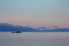 Seascape βραδιού με τα βουνά Στοκ Εικόνες