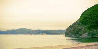 Seascape εμβλημάτων φθινόπωρο χαλικιών θάλασσας λόφων κόλπων παραλιών οριζόντων αυγής πρωινού Στοκ φωτογραφία με δικαίωμα ελεύθερης χρήσης