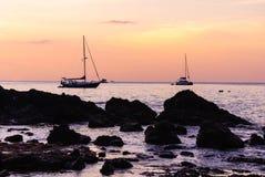 Seascape ζωηρόχρωμο με το χρώμα του ηλιοβασιλέματος στο λυκόφως Στοκ Εικόνες