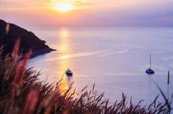 Seascape ζωηρόχρωμο με το χρώμα του ηλιοβασιλέματος στο λυκόφως Στοκ Φωτογραφία