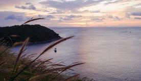 Seascape ζωηρόχρωμο με το χρώμα του ηλιοβασιλέματος στο λυκόφως Στοκ εικόνα με δικαίωμα ελεύθερης χρήσης