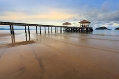 Seascape και η ξύλινη γέφυρα στοκ φωτογραφίες με δικαίωμα ελεύθερης χρήσης