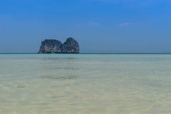 Seascape και νησί σε bluesky Στοκ Εικόνες
