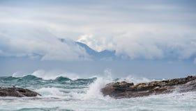 Seascape κόλπος ψεύτικος διάσημα βουνά kanonkop της Αφρικής κοντά στο γραφικό αμπελώνα νότιων άνοιξη στοκ εικόνα
