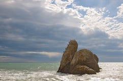 Seascape μεγάλος βράχος στη θάλασσα κάτω από το φυσικό ουρανό Στοκ Φωτογραφίες