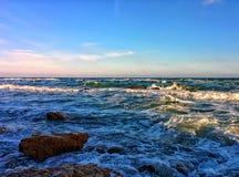 Seascape με τα κύματα και το μπλε ουρανό στοκ εικόνα με δικαίωμα ελεύθερης χρήσης