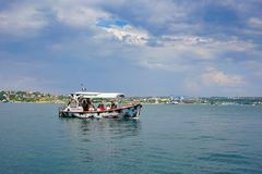 Seascape με τα πλέοντας σκάφη ενάντια στον ορίζοντα και το μπλε ουρανό Στοκ Εικόνα