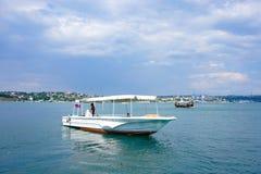 Seascape με τα πλέοντας σκάφη ενάντια στον ορίζοντα και το μπλε ουρανό Στοκ Φωτογραφίες