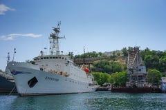 Seascape με τα σκάφη στην αποβάθρα ενάντια στον ορίζοντα και το μπλε ουρανό Στοκ φωτογραφία με δικαίωμα ελεύθερης χρήσης