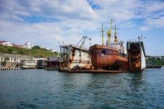 Seascape με τα σκάφη στην αποβάθρα ενάντια στον ορίζοντα και το μπλε ουρανό Στοκ Εικόνα