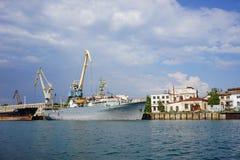 Seascape με τα σκάφη στην αποβάθρα ενάντια στον ορίζοντα και το μπλε ουρανό Στοκ Εικόνες