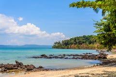 Seascape με την πέτρα την ηλιόλουστη ημέρα Στοκ Εικόνες