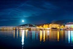 Seascape με τη γέφυρα και το φεγγάρι Στοκ Εικόνες