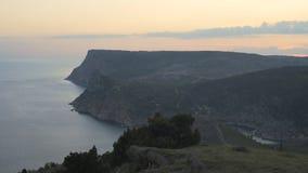 Seascape με τη φωτεινούς μπλε θάλασσα και τους λόφους Στοκ εικόνα με δικαίωμα ελεύθερης χρήσης