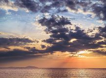 Seascape με τον μπλε και κίτρινο ουρανό ηλιοβασιλέματος Στοκ Φωτογραφία
