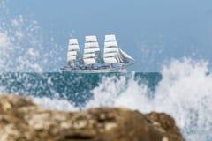 Seascape με το άσπρο πλέοντας σκάφος που επιπλέει σε Μαύρη Θάλασσα Στοκ Εικόνα