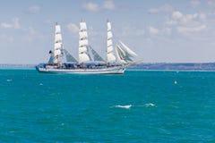 Seascape με το άσπρο πλέοντας σκάφος που επιπλέει σε Μαύρη Θάλασσα Στοκ Φωτογραφίες
