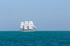Seascape με το άσπρο πλέοντας σκάφος Στοκ Εικόνες