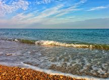 Seascape με το κύμα και το μπλε ουρανό στοκ εικόνες