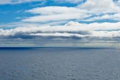 Seascape με το μπλε ουρανό και τα σύννεφα στοκ εικόνα