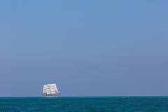 Seascape με το πλέοντας σκάφος Στοκ Εικόνα